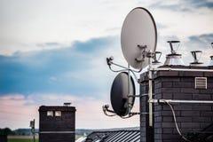 Les antennes paraboliques, antennes de satellite ont monté sur la cheminée Photos stock