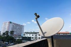 Les antennes paraboliques ou les antennes de satellite ont monté sur la maison Photo libre de droits