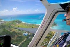Les Antilles, les Caraïbe, Antigua, pilote d'hélicoptère, vol au-dessus de l'Antigua Photos libres de droits