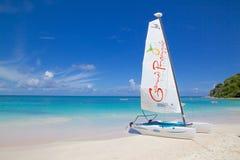 Les Antilles, les Caraïbe, l'Antigua, la longue baie, la plage et le chat de Hobie Photographie stock