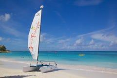 Les Antilles, les Caraïbe, l'Antigua, la longue baie, la plage et le chat de Hobie Images stock