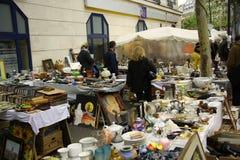 Les antiquités lancent sur le marché à Paris photographie stock libre de droits