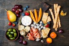 Les apéritifs ajournent avec les casse-croûte italiens d'antipasti La variété de fromage et de charcuterie embarquent au-dessus d image libre de droits