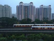 Les appartements de logement avec le MRT forme le dépassement pendant le matin photographie stock libre de droits
