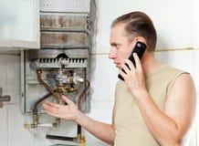 Les appels d'homme par le téléphone Image stock