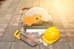 Les approvisionnements d'outils, l'outil de coupe, le burin et le casque mis sur la brique Photos libres de droits