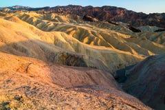 Les arêtes érodées colorées de Zabriskie se dirigent, les montagnes sèches de schiste, paysage formé et sans vie volcanique penda photographie stock