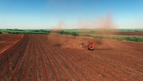 Les arachides ont mécanisé la moisson dans le sao Paulo Brazil - chariot aérien dedans du tracteur moissonnant le gisement d'arac banque de vidéos