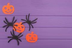 Les araignées et les silhouettes de Halloween de potirons ont coupé du papier Image libre de droits