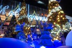 Les arbres de lumière et de Noël décorent beau Noël et la nouvelle année Photos stock