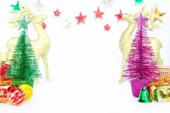 Les arbres de Noël jouent peu d'ornements de décoration de babiole sur le blanc Photographie stock