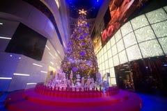 Les arbres de Noël ornent et attachent des accessoires ornemente Noël sur le celrbration de Noël photos stock