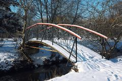 Les arbres givrés d'hiver et le vieux pont neigeux pendant l'hiver se garent Photographie stock libre de droits
