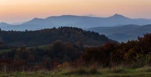 Les arbres s'approchent de la vallée en montagnes Photographie stock libre de droits
