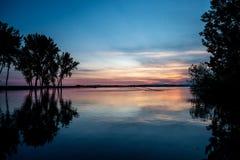 Les arbres se reflètent dans le lac idaho de lever de soleil de l'eau image libre de droits