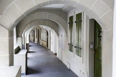 Les arcades dans la vieille ville de Berne Photographie stock libre de droits