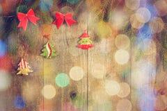 Les arcs, pin s'embranche, peu de jouet d'arbre de Noël sur la table en bois Copiez l'espace Photo stock