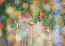 Les arcs, pin s'embranche, peu de jouet d'arbre de Noël sur la table en bois Cr Images stock