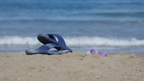 Les ardoises se trouvent sur le sable sur la plage Image libre de droits