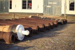 Les armes à feu rouillées se situent dans un vieux port au sol Image libre de droits