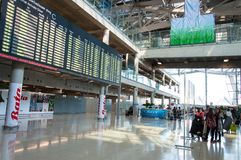 Les arrivées internationales sortent à l'aéroport de Suvarnabhumi à Bangkok, Thaïlande Images libres de droits