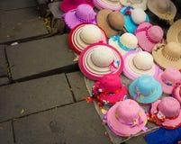 Les articles de modes rosâtres et les chapeaux se sont vendus au sol chez Kota Tua Museum Area Jakarta rentré par photo Indonésie Images libres de droits
