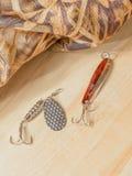 Les articles de pêche et la pêche leurrent sur le fond des planches en bois Image libre de droits