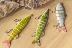 Les articles de pêche et la pêche leurrent sur le fond des planches en bois Photographie stock