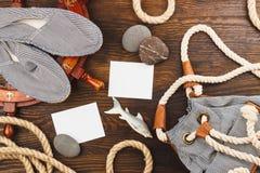 Les articles des vacances différentes sur le conseil en bois Photo stock