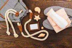 Les articles des vacances sur le fond en bois Photo libre de droits