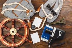 Les articles des vacances sur le fond en bois Photos stock