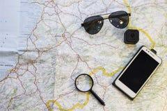 Les articles du voyageur sur une carte photos libres de droits