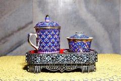 Les articles en céramique colorés handcraft la cuvette image libre de droits