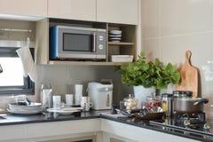 Les articles en céramique et la cuisine font attention à l'établissement sur le compteur photo stock