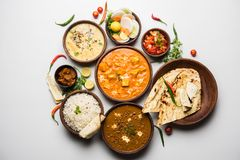 Les articles indiens de déjeuner ou de dîner aiment dal, masala de beurre de paneer, roti, riz, salade photos stock