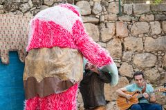 """Les artistes dans des costumes de poupée jouent sur la scène pour des visiteurs chevaliers de Jérusalem à festival annuel des """" photos stock"""