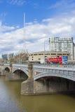 Les arts de Melbourne centrent la flèche et les touristes sur le bus touristique Images libres de droits