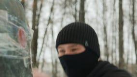 Les arts martiaux de combattant exécute des poinçons, protégés par les bandages élastiques sur les objets mous attachés avec la b banque de vidéos