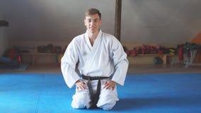 Les arts martiaux maîtrisent sur la formation de combat dans le gymnase clips vidéos