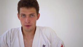 Les arts martiaux ma?trisent sur la formation de combat dans le gymnase banque de vidéos