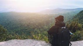 Les Asiatiques d'hommes voyagent pour d?tendre pendant les vacances Admirez le paysage de l'atmosph?re sur le Moutain Parc de mon photos stock