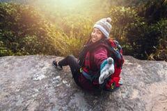 Les Asiatiques de femmes voyagent pour d?tendre pendant les vacances Admirez le paysage de l'atmosph?re sur le Moutain Parc de mo photo stock