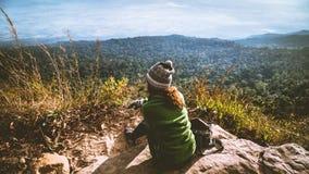 Les Asiatiques de femmes voyagent pour d?tendre pendant les vacances Admirez le paysage de l'atmosph?re sur la montagne Parc de m photos libres de droits