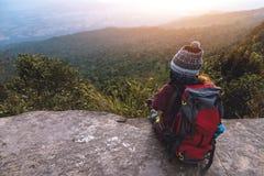 Les Asiatiques de femmes voyagent pour d?tendre pendant les vacances Admirez le paysage de l'atmosph?re sur la montagne Parc de m photo libre de droits
