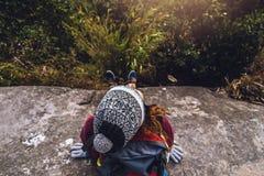 Les Asiatiques de femmes voyagent pour d?tendre pendant les vacances Admirez le paysage de l'atmosph?re sur le Moutain Parc de mo photos libres de droits