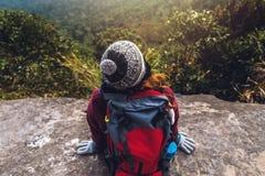 Les Asiatiques de femmes voyagent pour d?tendre pendant les vacances Admirez le paysage de l'atmosph?re sur le Moutain Parc de mo photos stock