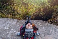 Les Asiatiques de femmes voyagent pour d?tendre pendant les vacances Admirez le paysage de l'atmosph?re sur le Moutain Parc de mo image stock
