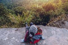 Les Asiatiques de femmes voyagent pour d?tendre pendant les vacances Admirez le paysage de l'atmosph?re sur le Moutain Parc de mo images stock