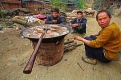 Les Asiatiques s'asseyent sur la route près des repas avec de la viande bouillie. Images libres de droits