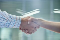 Les associés se serrant la main se ferment  photo stock